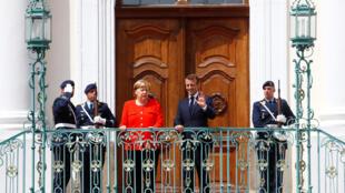 امانوئل ماکرون در کاخ مِبرگ در هفتاد کیلومتری برلن به دیدار آنگلا مرکل رفت