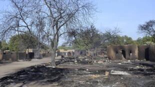 Casas queimadas após ataque do Boko Haram contra a cidade de Ngouboua, Chade, na última sexta-feira.