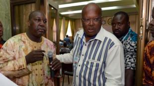 Le leader de l'opposition Zéphirin Diabré (à gauche) et Roch Marc Christian Kaboré, ancien président de l'Assemblée nationale (au centre) lors de la réunion du 8 novembre 2014  pour élaborer le projet de charte de transition.