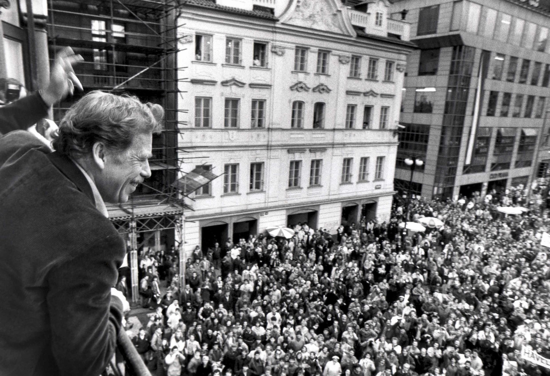 Nhà soạn kịch, phát ngôn viên của Charta 77, nhà hoạt động đối lập Vaclav Havel giơ tay vẫy chào người dân, tại Praha, ngày 29/12/1989, sau khi trở thành tổng thống Tiệp Khắc.