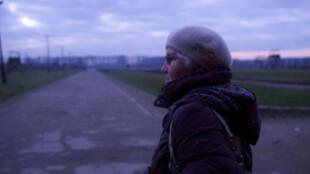 Lidia Maksymowicz de retour à Auschwitz, 70 ans plus tard. Cette survivante continue de témoigner inlassablement contre l'oubli.