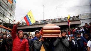 Personas llevan el féretro con el cuerpo de un manifestante que, aseguran, murió durante las protestas. 10/10/2019, Quito.