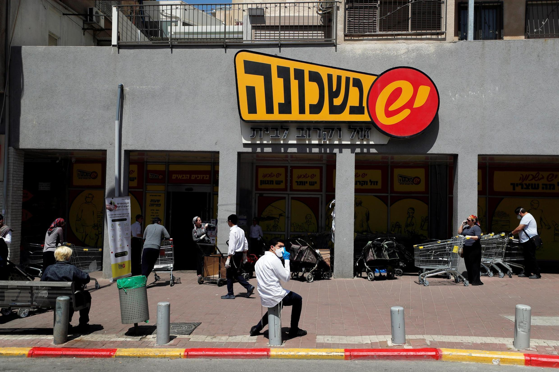 Em frente a um supermercado na cidade ultra-ortodoxa de Bnei Brak, no subúrbio nordeste de Tel Aviv, em 3 de abril.
