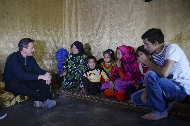 Wasu 'Yan gudun hijirar Syria yayin ganawarsu da Firaminista David Cameron a sansaninsu da ke kauyen Bekaa na kasar Lebanon.