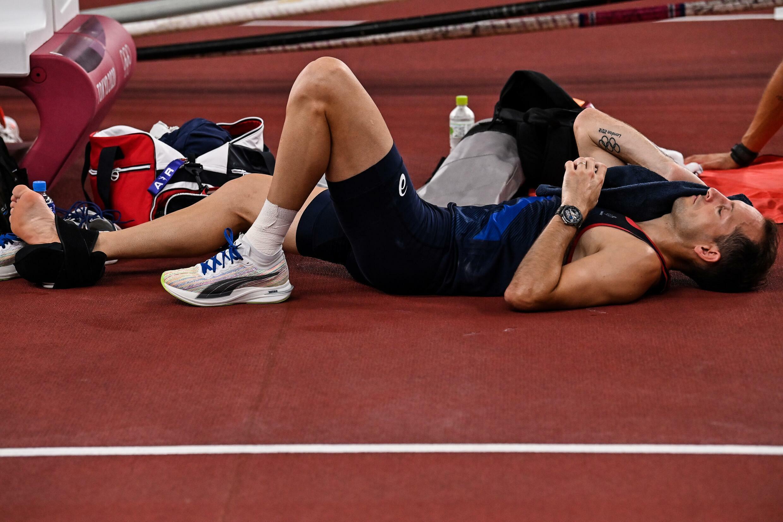 Renaud Lavillenie, cheville droite bandée, durant le concours du saut à la perche aux Jeux de Tokyo, le 3 août 2021