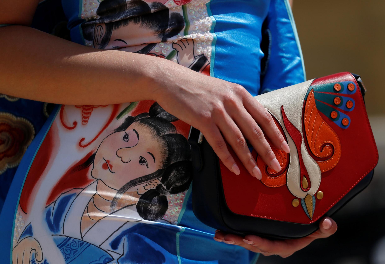 一名身着中國傳統畫樣式服裝的女子
