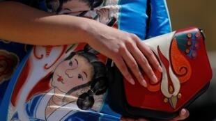 一名身着中国传统画样式服装的女子