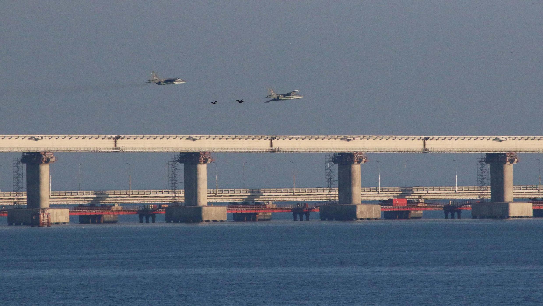 Chiến đấu cơ Nga bên trên cầu bắc qua eo biển Kertch nối liền Crimée với Nga. Ảnh chụp sau vụ Nga bắt giữ 3 tàu Ukraina ngày 25/11/2018