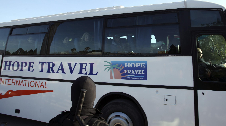 Des touristes qui ont survécu à l'attaque des terroristes sont apperçus dans un bus de voyage, à la sortie du musée du Prado, le 18 mars 2015.