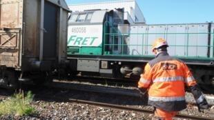 Un employé de la SNCF prépare un train de fret à la gare Saint-Charles de Perpignan (image d'illustration).