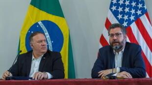美国国务卿蓬佩奥(左)与巴西外长阿劳若(右)摄于2020年9月18日星期五 Le secrétaire d'État américain Mike Pompeo lors de sa visite au Brésil aux côté du ministre des Affaires étrangères brésilien Ernsto Araujo, le 18 septembre 2020.