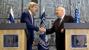 O Secretário de Estado dos EUA, John Kerry, e o presidente israelense, Reuven Rivlin, durante coletiva à imprensa em Jerusalém, nesta terça-feira,  24 de novembro de 2015.
