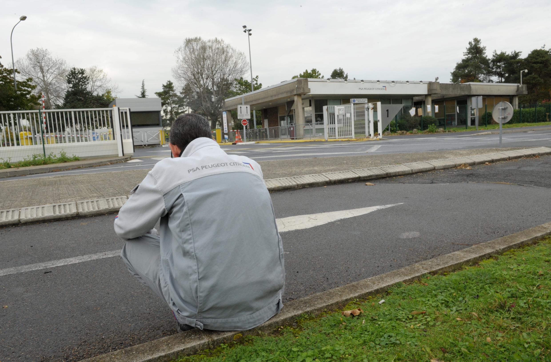 Un employé devant l'usine PSA d'Aulnay-sous-Bois, le 25 octobre 2013, dernier jour de fonctionnement de l'usine.