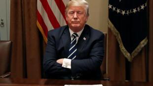 """روزنامۀ راست گرای فیگارو یکی از عناوین صفحات نخست و سرمقالۀ خود را به زیگزاگ دیپلماتیک """"دونالد ترامپ"""" رئیس جمهوری آمریکا اختصاص داده است و نوشته است که تغییر جهت ناگهانی و گمراه کنندۀ وی در پی دیدار با """"ولادیمیر پوتین"""" رئیس جمهوری روسیه، حاشیه ساز شده است."""