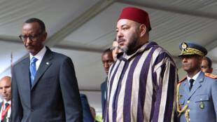 Le roi du Maroc, Mohammed VI, accueilli par le président Paul Kagamé, le 19 octobre 2016, à Kigali.