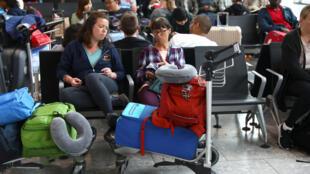 Passageiros esperam no aeroporto de Heathrow, em Londres.
