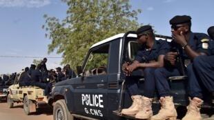 Des policiers nigériens en patrouille dans les rues de Niamey, en mars 2016.