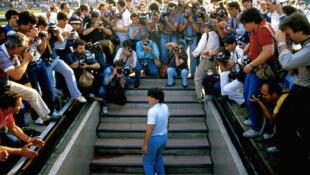 Novo documentário sobre Diego Maradona destaque a passagem do jogador pelo Nápoles, quando ele se tornou uma estrela mundial