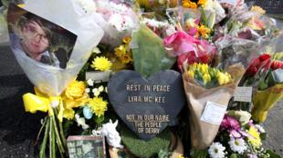 Des fleurs ont été déposées à l'endroit où la journaliste Lyra McKee a été tuée, à Londonderry.