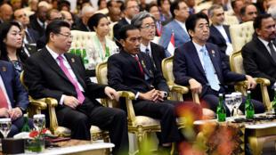 Le président chinois Xi Jinping, aux côtés de son homologue indonésien Joko Widodo, du Premier ministre japonais Shinzo Abe et du sultan de Brunei, Hassanal Bolkiah, en 2015 à Jakarta.