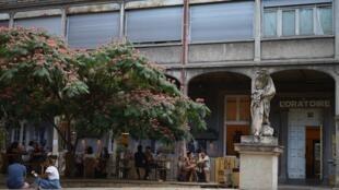 Pátio do antigo hospital vira área de interação entre visitantes, artistas e moradores.