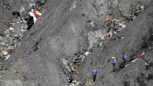 Equipes de resgate continuam busca de corpos e destroços do avião A320 nos Alpes Franceses.