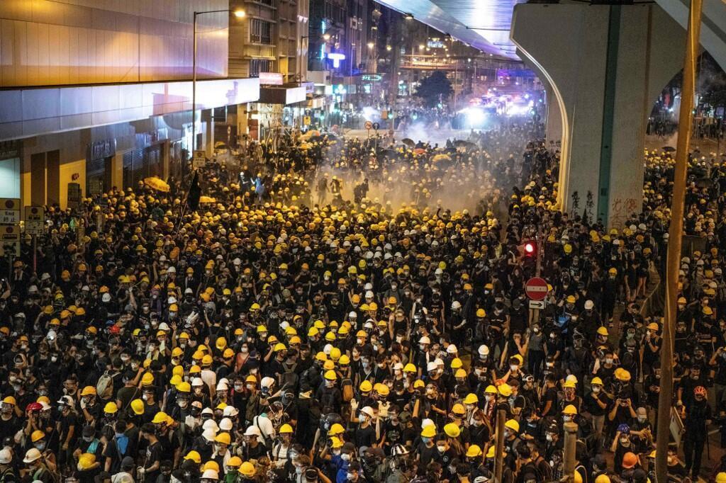Manifestation dans les rues de Hong Kong, la police tente de disperser la foule avec des gaz lacrymogènes, Hong Kong, 21 juillet 2019