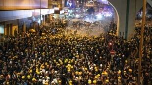 Em Hong Kong, milhares de pessoas, lideradas por jovens, estão se revoltando nas ruas contra a vontade do Partido Comunista chinês de impor na antiga concessão inglesa o despotismo da China continental. Manifestação em Hong Kong 21/07/19.