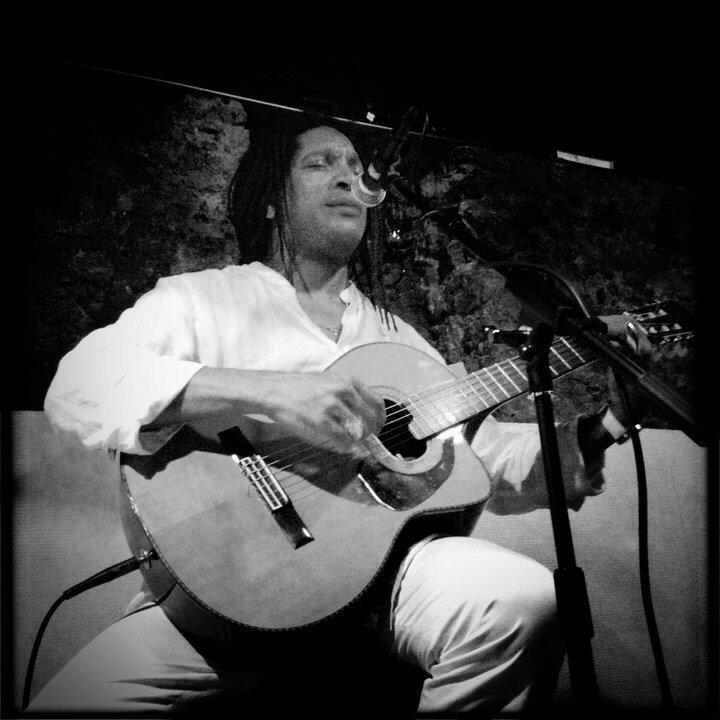 O músico angolano Carlos Nascimento.