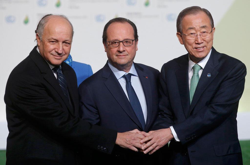 Слева направо: глава МИД Франции Лоран Фабиус, президент Франсуа Олланд, генсек ООН Пан Ги Мун на открытии конференции по климату 30 ноября 2015.