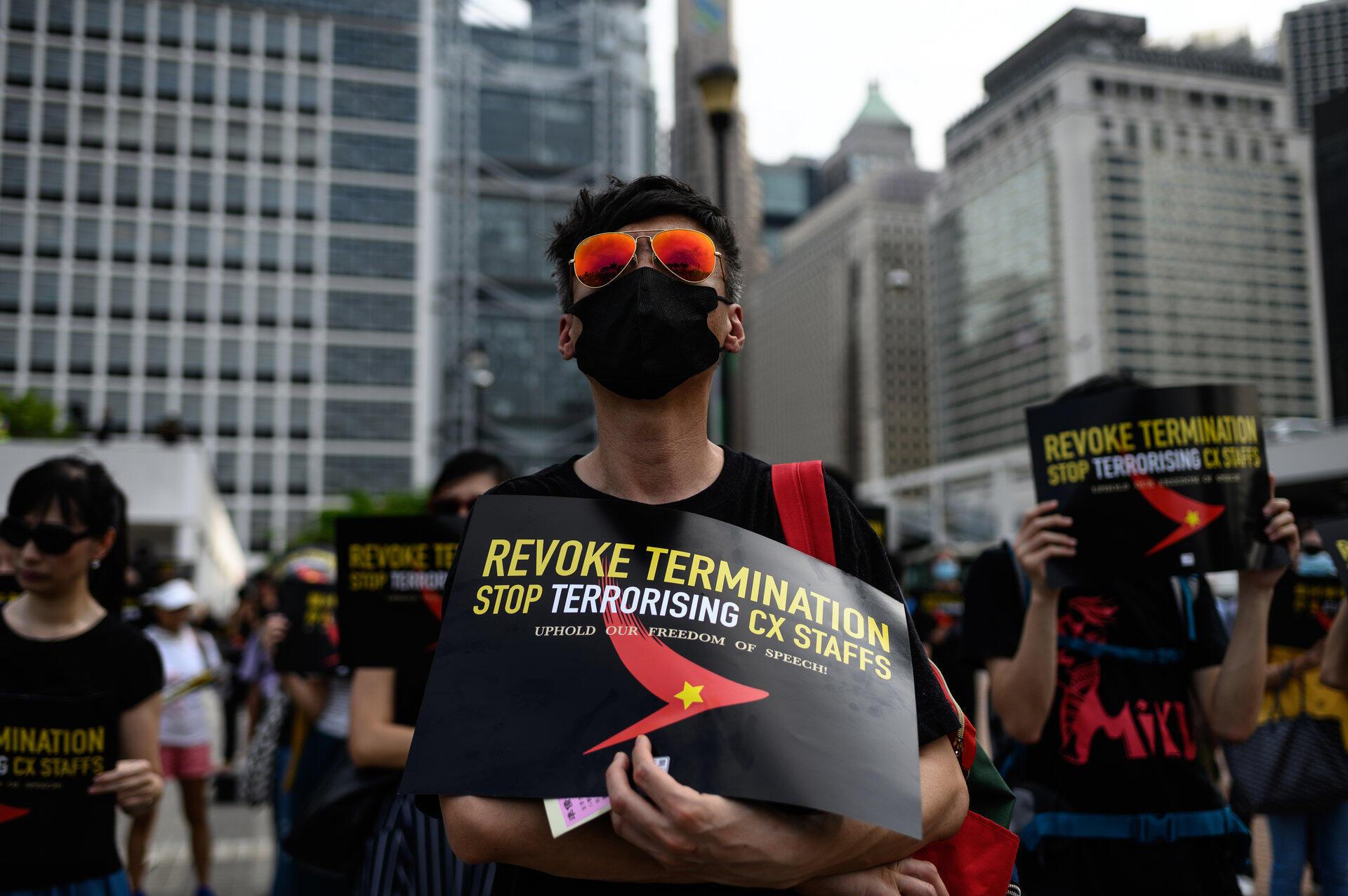 Những người đấu tranh dân chủ Hồng Kông biểu tình ủng hộ các nhân viên của hãng hàng không Cathay Pacific, ngày 28/08/2019.