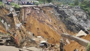 La pluie a notamment causé l'effondrement d'une route dans le district de Lemba à Kinshasa le 26 novembre 2019.