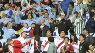 Des supporters uruguayens lors d'un match entre le Pérou et l'Uruguay, le 6 Septembre 2013, à Lima.