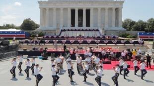 Lors des préparatifs des festivités du Jour de l'Indépendance, fête nationale américaine, devant le Mémorial Lincoln, le 3 juillet 2019, à Washington.