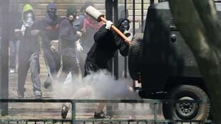Un individuo ataca un vehículo policial, el 18 de octubre de 2011 en Santiago.