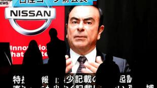 Imagem de Carlos Ghosn em telas de TV de Tóquio
