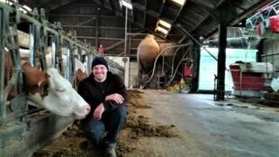 Dans la ferme de Roland Scharll, à Lellingen, quand les vaches n'ont plus assez à manger, un robot se charge de venir leur remettre du fourrage.