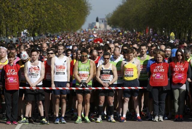 Os competidores na Maratona de Londres fazem 30 segundos de silêncio em homenagem às vítimas da Maratona de Boston.