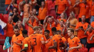 La joie des Néerlandais après l'ouverture du score sur pénalty par leur attaquant Memphis Depay face à l'Autriche, lors de la 2e journée du groupe C à l'Euro 2020, le 17 juin 2021 à Amsterda