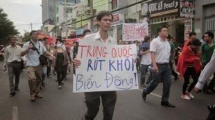 Nhà báo Phạm Chí Dũng trong cuộc biểu tình chống Trung Quốc ở Saigon ngày 11/05/2014.