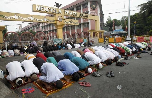 Người Hồi giáo Philippines cầu nguyện trước dinh tổng thống ở Malina, kêu gọi chính phủ đàm phán với Mặt trận Giải phóng Hồi giáo Moro, 28/06/2013