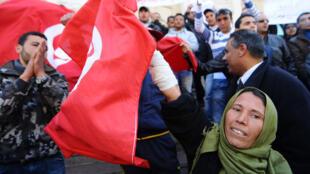 Les tunisiens célèbrent l'anniversaire du premier mois de la révolution tunisienne le 14 Février 2011 à l'avenue Habib Bourguiba à Tunis