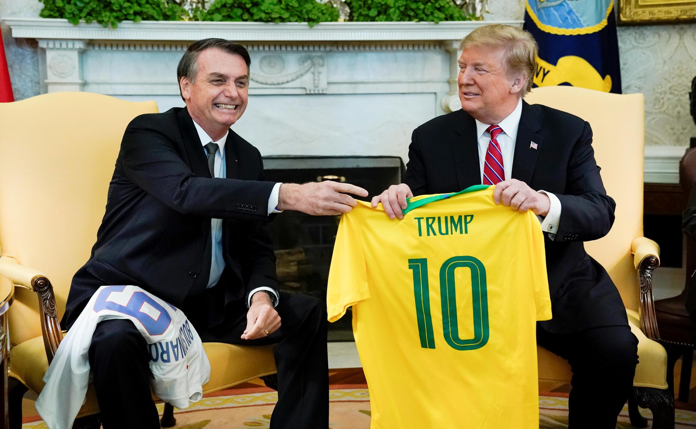 Tổng thống Brazil Jair Bolsonaro (T) tặng áo cầu thủ bóng đá cho nguyên thủ Mỹ Donald Trump, Nhà Trắng, Washington, ngày 19/03/2019.