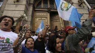 Guatemaltecos festejan el levantamiento de la inmunidad del presidente Otto Pérez frente al Congreso, el 1 de septiembre de 2015.