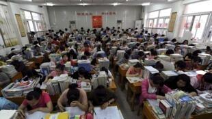 安徽合肥一座教室里正在複習準備高考的學生。