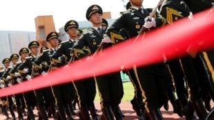 6月30日,駐港解放軍進行演練。