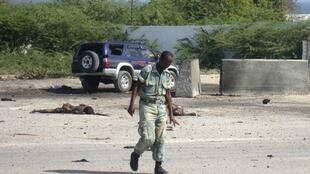 Un soldat du gouvernement inspecte le lieu de l'attaque suicide des shebab à l'aéroport de Mogadiscio, le 9 septembre 2010.