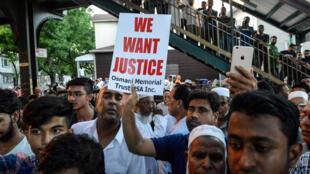 Comunidade muçulmana protesta contra assassinato de imã e seu assistente