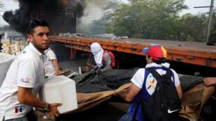 委內瑞拉與哥倫比亞邊界民眾搬運人道物資。