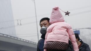 Dans les rues de Pékin, durant le pic de pollution, les parents s'angoissent pour la santé de leurs enfants.